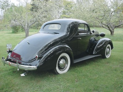 Pontiac's new design (seen here on a 1936 Pontiac) was Art-Deco inspired.