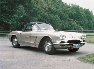 The 1962 Corvette featured a blacked-out grille, simple vents, ribbed rocker-panel trim, and a monochromatic color scheme.