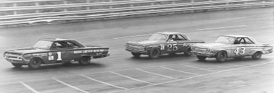 Billy Wade runs ahead of #25 Paul Goldsmith and #43 Richard Petty in the 1964 NASCAR Grand National Southeastern 500.