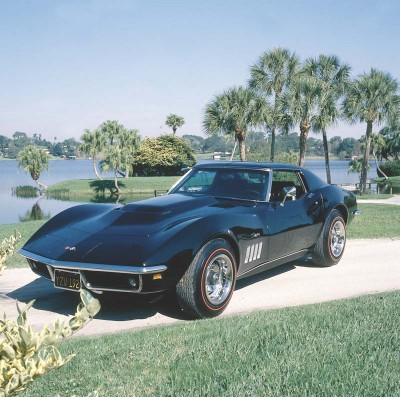 The 1969 Corvette featured hidden windshield wipers beneath a power pop-up cowl panel.