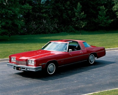 The prominent beaklike hood of the 1971 Oldsmobile Toronado pushed grille openings to the far ends of the bumper.