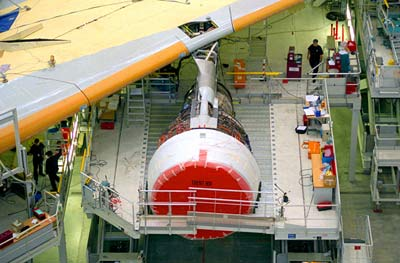 Fitting a Rolls-Royce Trent 900 engine onto the MSN001, the first A380 (September '04)