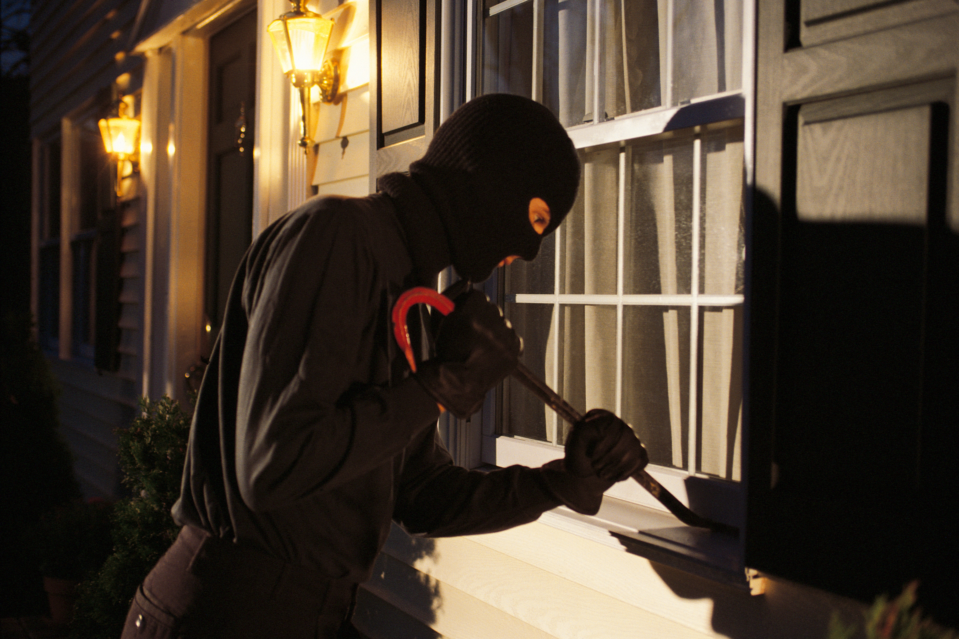 10 SIGNS YOUR HOME MAY BE WATCHED BY ROBBERS