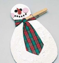 Hold the tie onto the father snowman with a clothespin until the glue dries.