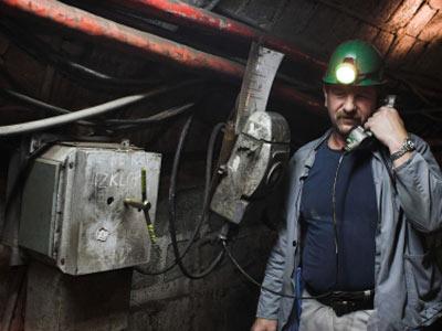 Một số mỏ sử dụng hệ thống có dây để liên lạc, nhưng điều gì xảy ra nếu bạn không thể đến trạm điện thoại khẩn cấp?