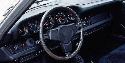 The cockpit of the Porsche 930 was equipped for comfort.
