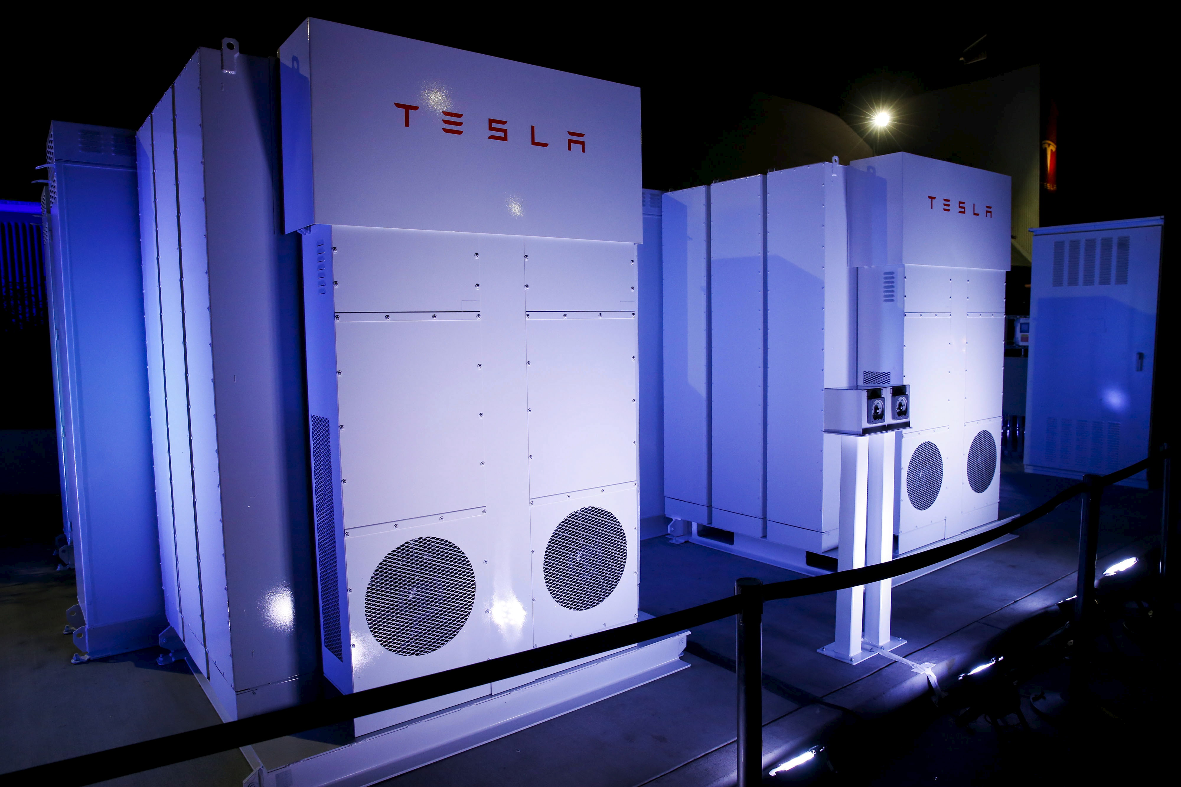 Tesla Wall Battery >> How The Tesla Powerwall Works Howstuffworks