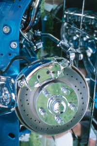 图像库:制动器正确运行的制动软管对于安全行驶至关重要。查看制动器的更多图片。