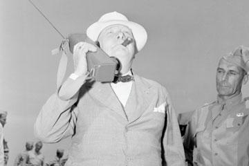 Thủ tướng Winston Churchill phát biểu trên bộ đàm trong chuyến thăm Fort Jackson vào tháng 6 năm 1942.